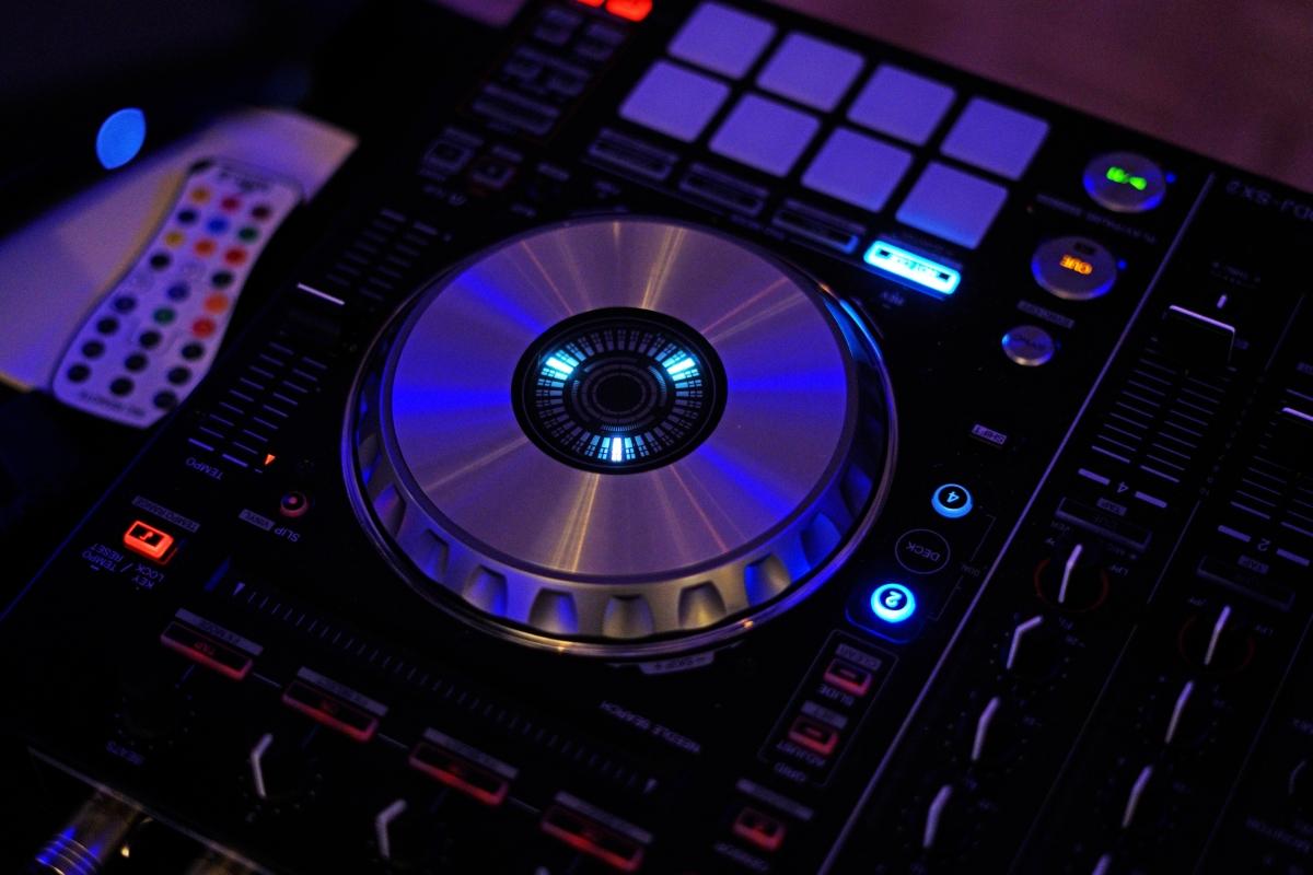 Początkujący DJ – zakup czy wynajem sprzętu?